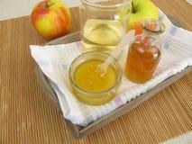 与苹果汁醋和蜂蜜的护发素 免版税库存照片
