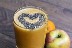 与苹果猕猴桃的橙色圆滑的人 概念健康寿命 免版税库存图片