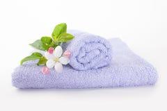 与苹果花的两块浅紫色的毛巾 库存照片