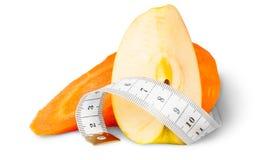 与苹果计算机和缝合的测量的切片红萝卜 免版税图库摄影