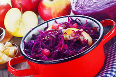 与苹果计算机的切细的紫色圆白菜切沙拉 库存照片