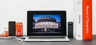 与苹果计算机零售院长reta的安格拉Ahrendts的苹果计算机基调 免版税图库摄影