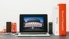 与苹果计算机零售院长reta的安格拉Ahrendts的苹果计算机基调 库存图片