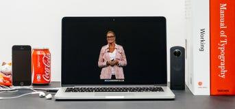 与苹果计算机零售院长reta的安格拉Ahrendts的苹果计算机基调 库存照片