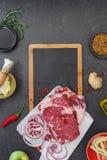 与苹果选矿和黄瓜腌汁的未加工的牛肉牛腩 库存照片