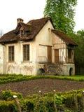 与茅屋顶和庭院的传统法国村庄 免版税库存照片