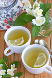 与茉莉花和柠檬的绿茶 免版税库存图片