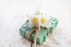 与茉莉花开花、自然手工制造肥皂和海盐的温泉设置 免版税库存照片
