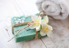 与茉莉花开花和毛巾的温泉构成 免版税库存图片