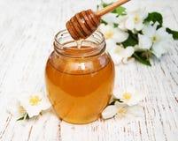 与茉莉花花的蜂蜜 库存图片