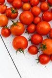 与茎的许多湿红色蕃茄在从abov的白木委员会 库存图片