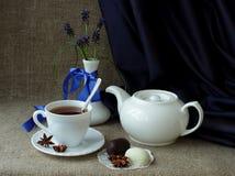 与茶具和春天花的静物画 库存图片