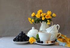 与茶具的静物画 免版税库存图片