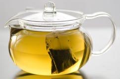 与茶包的玻璃茶罐 免版税库存图片