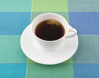 与茶包的脱除咖啡因的红茶在杯子 免版税库存照片