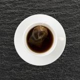 与茶包的脱除咖啡因的红茶在杯子 库存照片