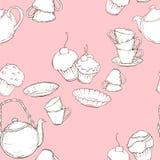 与茶壶、杯子和蛋糕的无缝的样式在桃红色背景 免版税库存图片