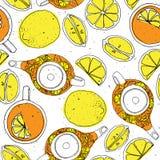与茶壶、柠檬和杯子的茶手凹道无缝的样式 Sketched构造了背景 免版税库存照片