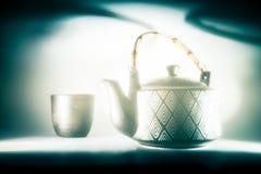 与茶壶的一个艺术性,额外软的静物画和杯子 库存图片