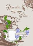与茶壶的葡萄酒海报和荔枝螺杯子和花在棕色背景的 库存图片