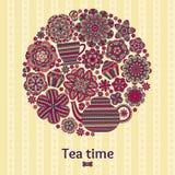 与茶壶,杯子,松饼,花的浪漫圆的背景 帷幕或桌布设计 图库摄影