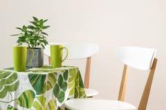 与茶杯的鲜绿色的桌 库存照片