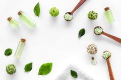 与茶橄榄油的有机化妆用品集合和在瓶白色桌背景舱内甲板的海盐放置框架大模型 库存照片