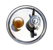 与茶玻璃的一个水壶在盘 库存照片