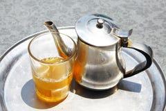 与茶玻璃的一个水壶 库存照片