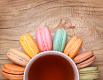 与茶的五颜六色的法语Macarons 免版税图库摄影