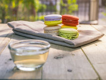 与茶的五颜六色的macaron 图库摄影