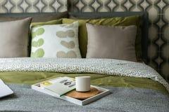 与茶的减速火箭的卧室样式和书 免版税库存图片