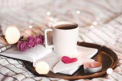 与茶的情人节在床上 免版税库存照片