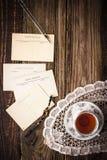 与茶的明信片在木桌垂直的 免版税库存图片