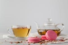 与茶的浪漫早餐和蛋白杏仁饼干 免版税库存照片