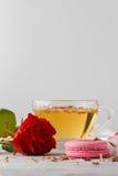 与茶的浪漫早餐和蛋白杏仁饼干 免版税库存图片