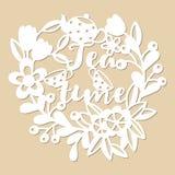 与茶罐和杯子的透雕细工花卉样式 手写的题字茶时间 免版税库存照片