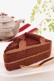 与茶罐的巧克力蛋糕 免版税图库摄影