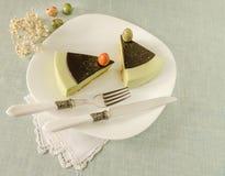 与茶matcha的复活节蛋糕装饰了巧克力ganache和甜材料鸡蛋 免版税库存图片