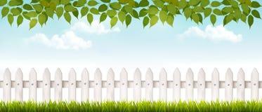 与草和篱芭的长的白色篱芭横幅 图库摄影