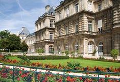 与草坪的巴黎豪宅 免版税图库摄影