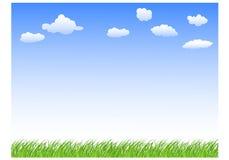 与草天空和云彩的风景 免版税库存照片