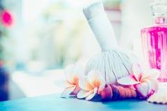 与草本压缩的赤素馨花花在晴朗的自然背景盖印 温泉或健康 图库摄影