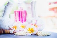 与草本压缩邮票、桃红色化妆水瓶和壳的热带赤素馨花花在自然背景 温泉或健康 库存图片