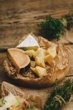 与草本混合在一个木板的乳酪 免版税图库摄影