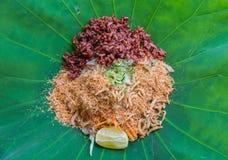 与草本菜的泰国南部的米沙拉在有选择聚焦的莲花叶子 免版税图库摄影