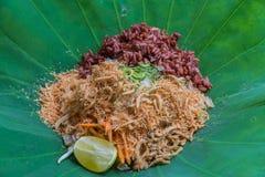 与草本菜的泰国南部的米沙拉在有选择聚焦的莲花叶子 免版税库存照片