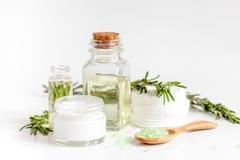 与草本迷迭香萃取物的有机化妆用品在白色背景的 免版税库存照片