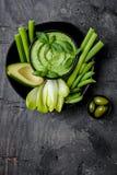 与草本hummus或pesto垂度的绿色菜快餐板 健康未加工的夏天开胃菜盛肉盘 库存照片