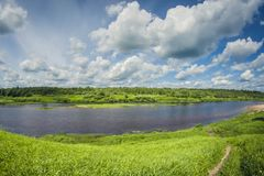 与草甸和森林的美好的风景河三角洲在一好日子 图库摄影